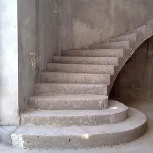 Изготовление бетонной монолитной лестницы на 2 этаж дома