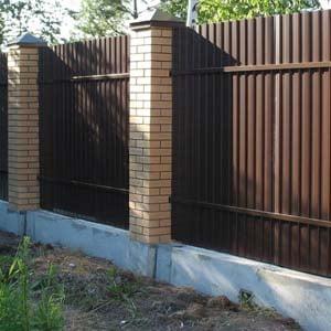 Заливка забора с бетонным основанием